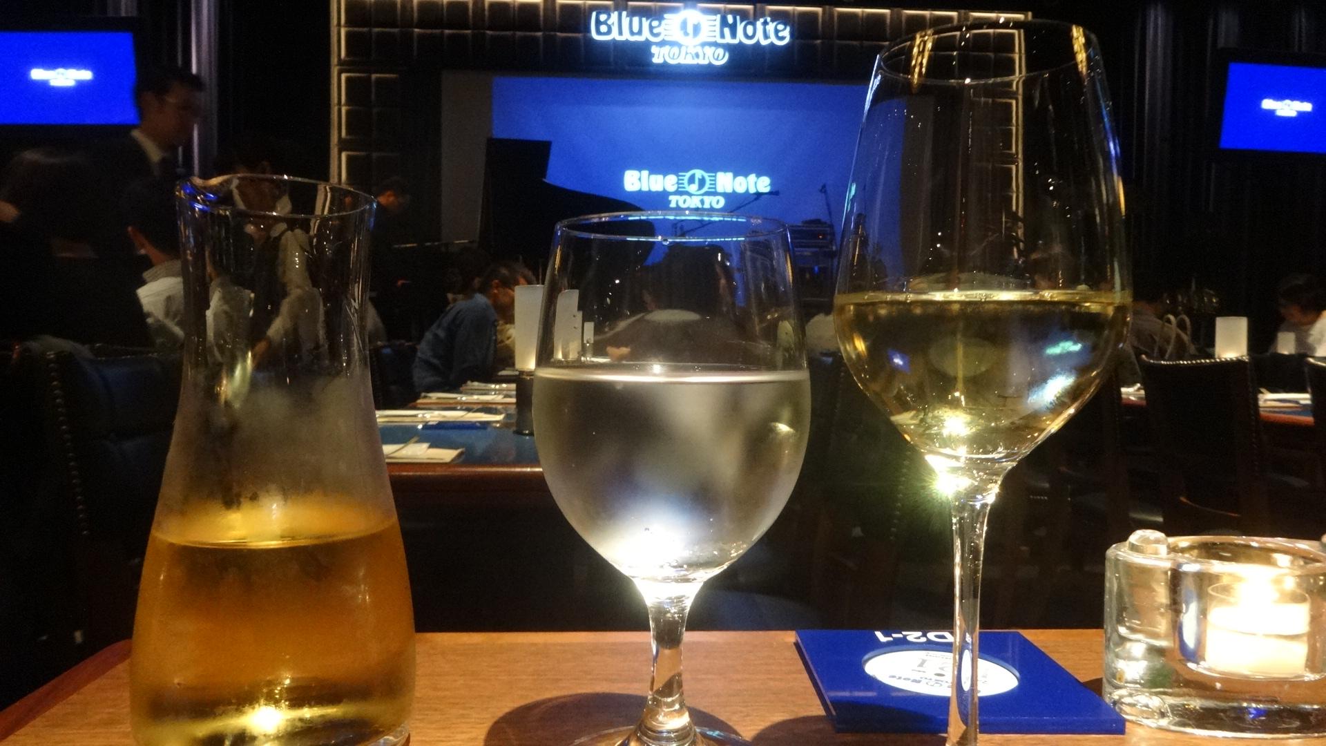 ブルーノートの店内の様子とテーブルの上のワイングラス