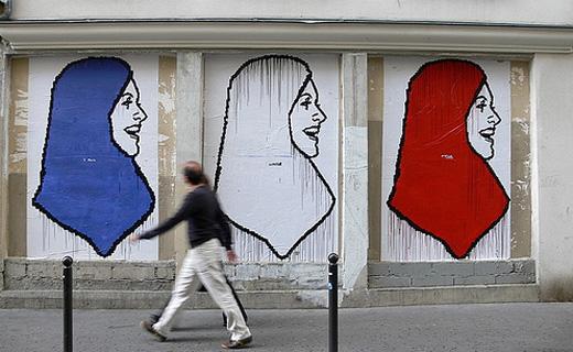 3色のスカーフを巻く女性のイラストが描かれた壁画