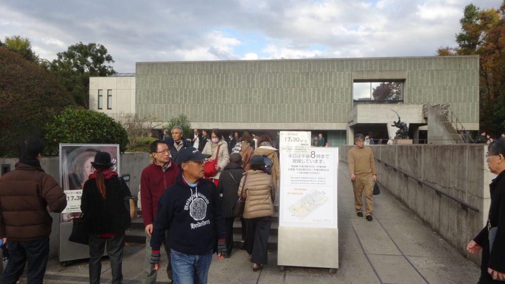 たくさんに人でにぎわう国立西洋美術館の入口