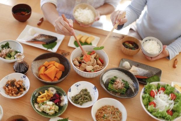 できるだけたくさんの種類の おかずが並んだ食卓
