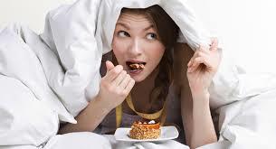 運動後に隠れてケーキを食べる人