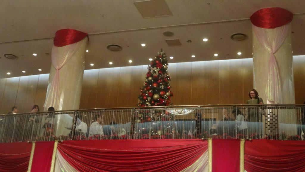 ホールの内部のツリー