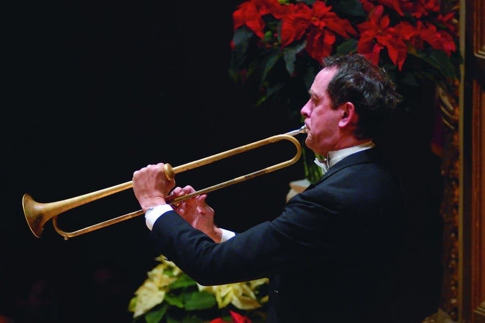 演奏するトランペット奏者