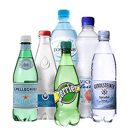 海外のミネラルウオーターのボトルの写真