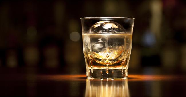 オンザロックのウイスキーグラス