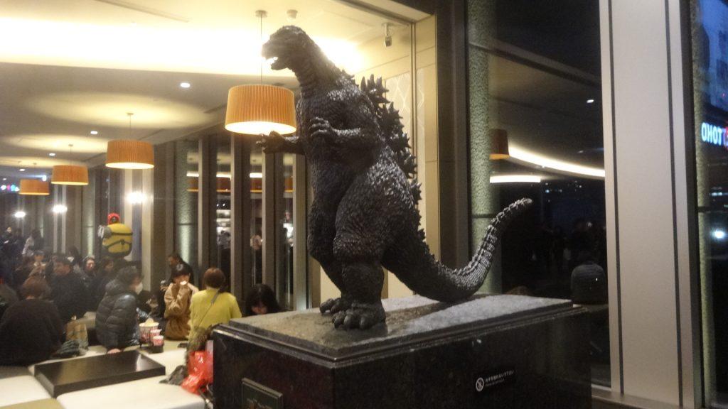 映画館内に置かれているゴジラの像