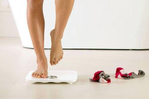体重測定している人