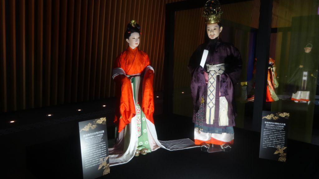 奈良時代の正装を着た男女の人形