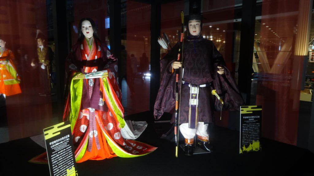 平安時代の正装を着た男女の人形