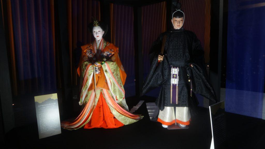 江戸時代の正装を着た男女の人形