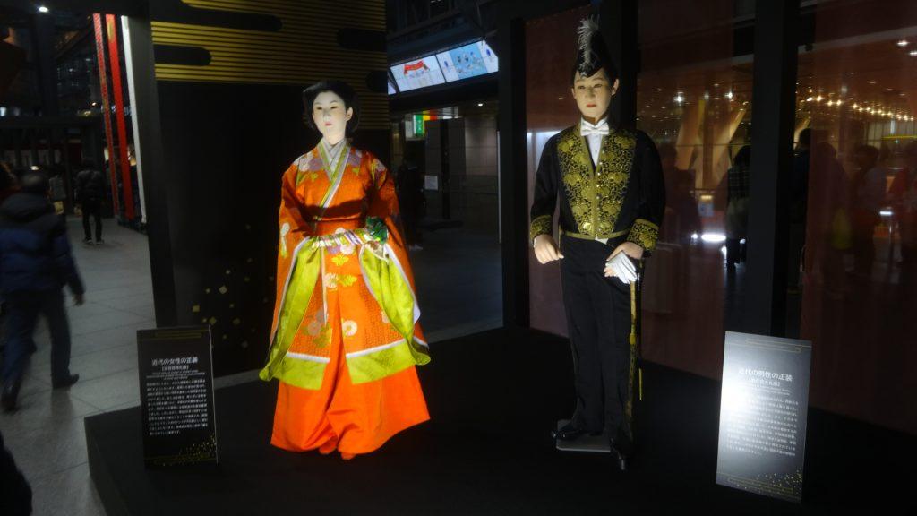 明治時代の正装を着た男女の人形