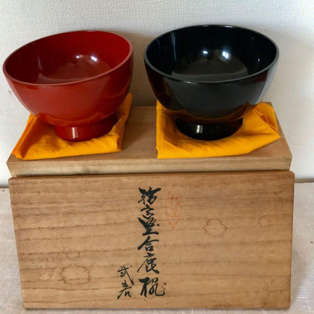 赤と黒の漆器の器