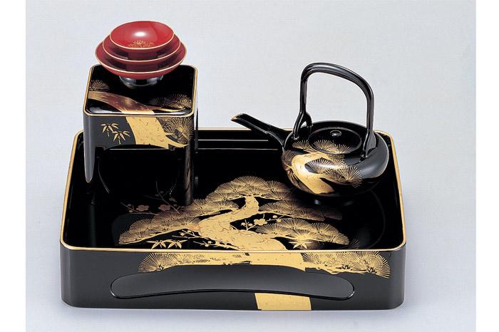 金の模様が施された美しい黒の漆器