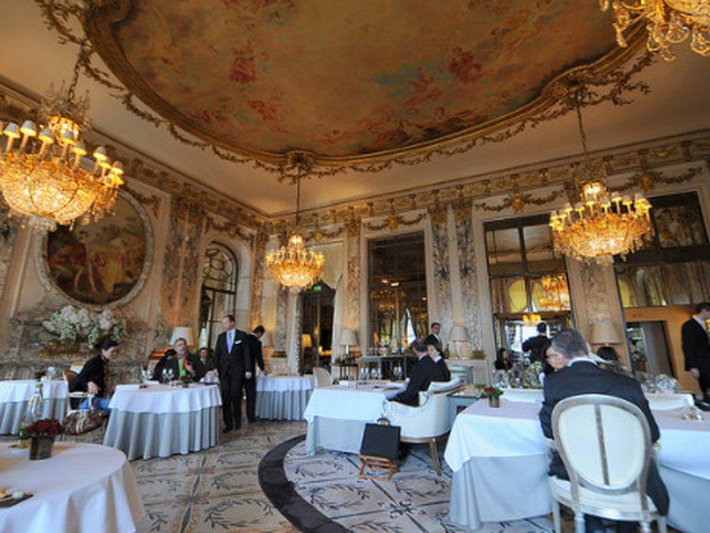 パリの豪華なレストランの店内の様子