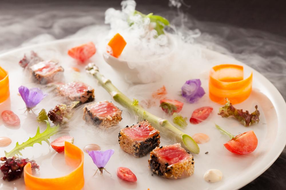 カラフルな色彩の食材から液体窒素の煙がたつお皿