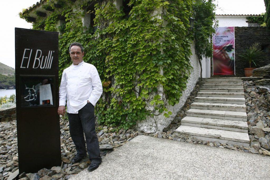 レストラン エル・ブジの前に立つアドリア