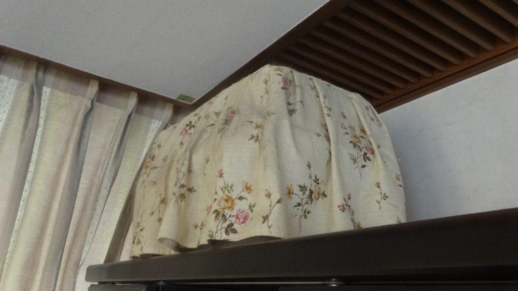 本棚の上に置いてあるキャリー