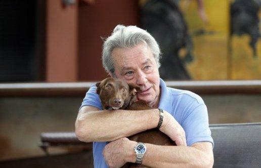 犬を抱くアラン