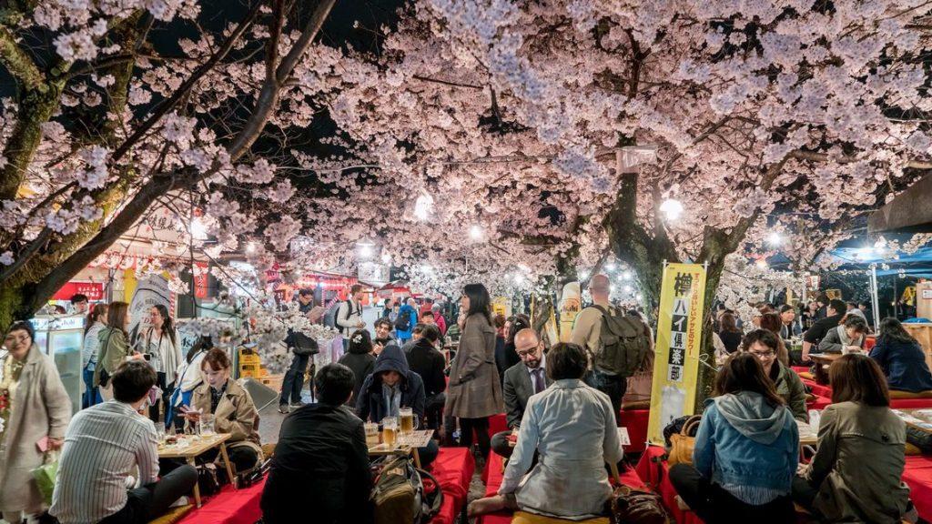 日本人の無礼講による飲酒風景