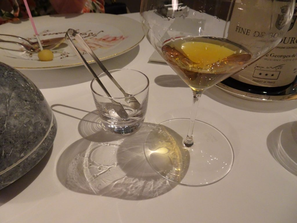 テーブルに写るグラスの壁を伝わる滴