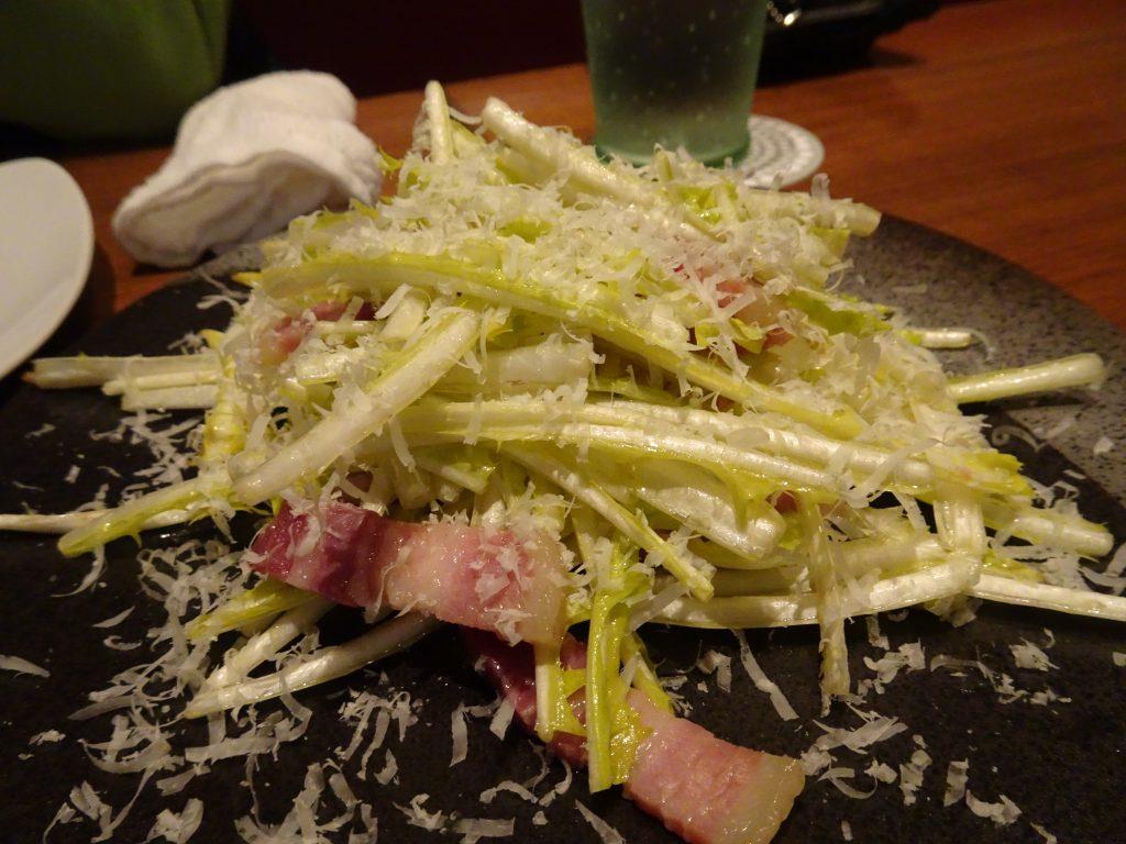 遮光タンポポの葉とパンチェッタのサラダ