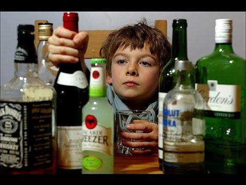 酒のボトルを手に取る子供
