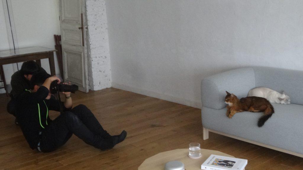 座って撮影するカメラマンさん