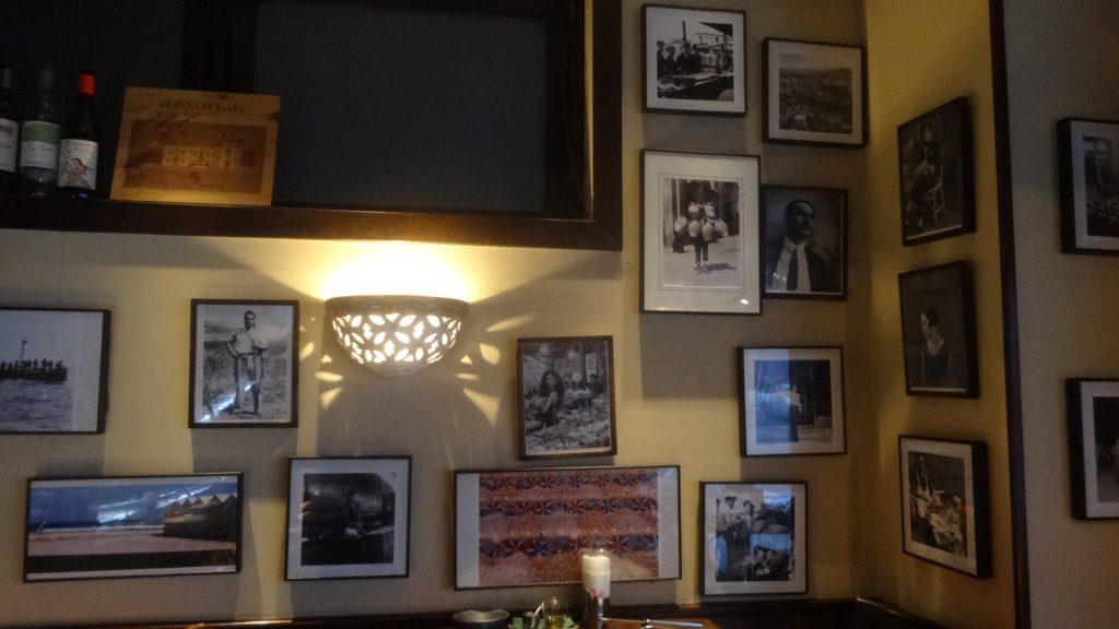 壁にかかった白黒の写真