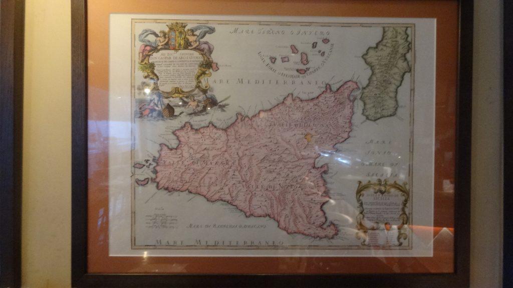 壁にかかったシチリア島の古地図