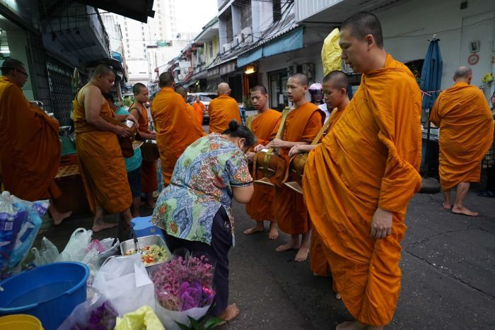 托鉢しされている僧侶