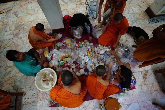 肥満している僧侶の姿
