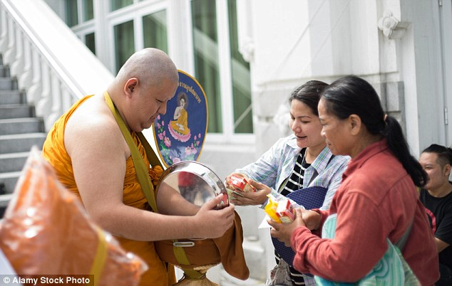 糖分の多い飲み物を托鉢される僧侶