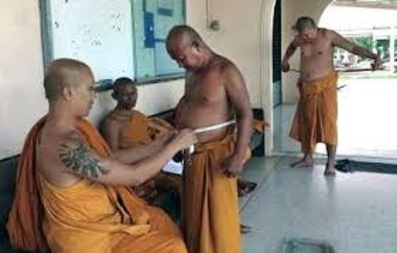 腹囲を測定する僧侶