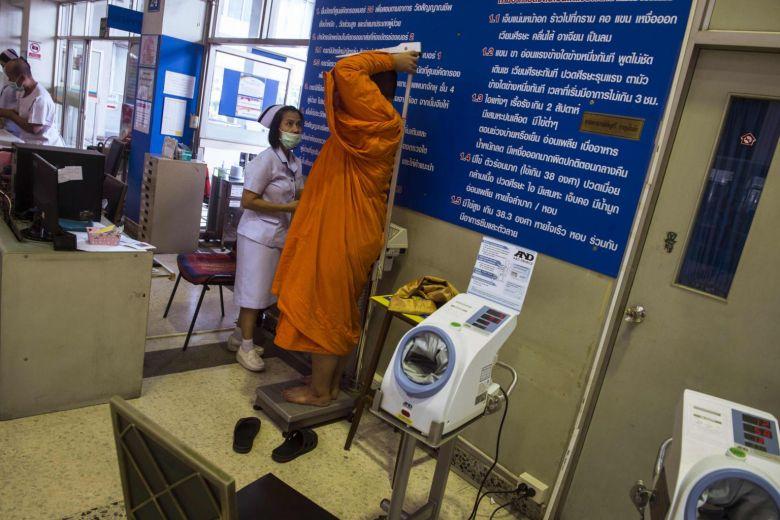 体重を計る僧侶