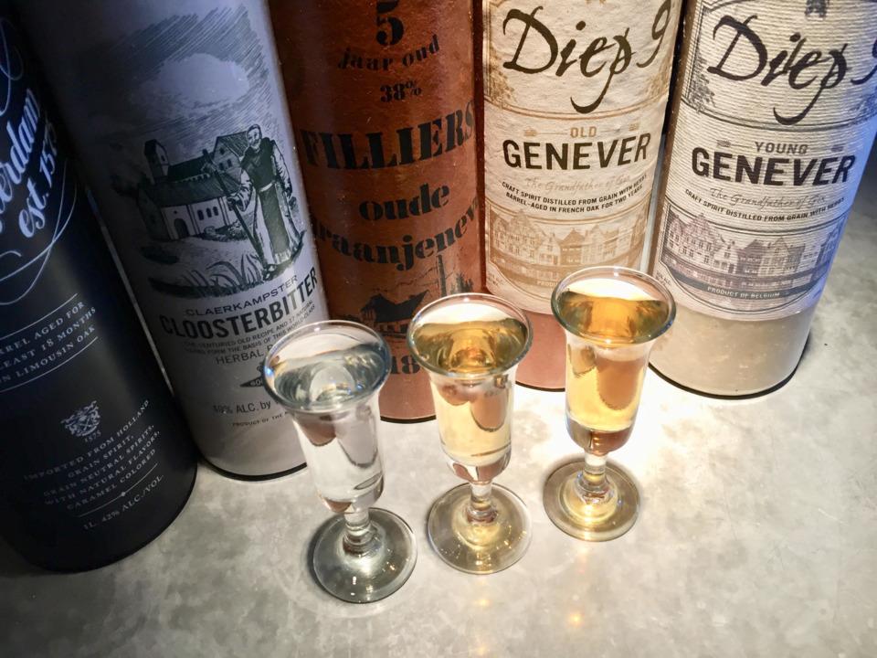 専用グラスに注がれたジェノヴァとジェノヴァのボトル