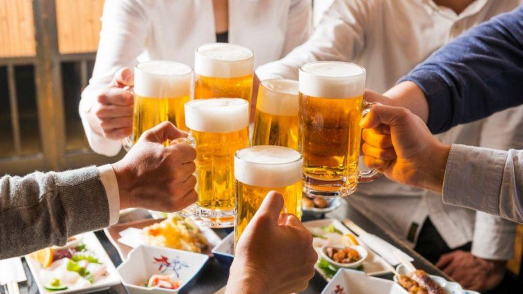 宴会でビールを飲む人