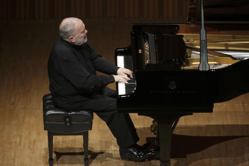 ピアノを弾くジャン=クロード・ペヌティエさん