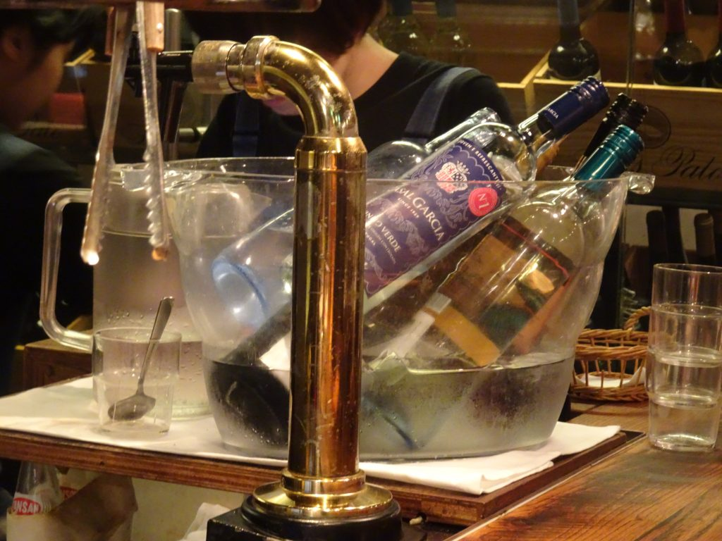 緑のワインのボトル