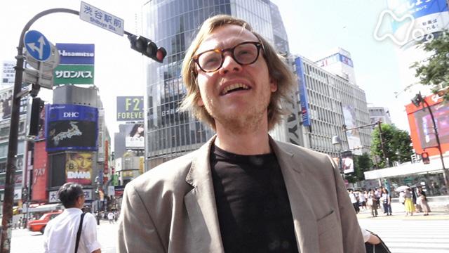 渋谷の街に立つガブリエル