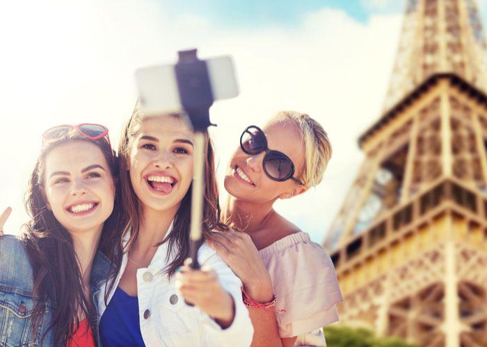 陽気にパリを観光するアメリカ人
