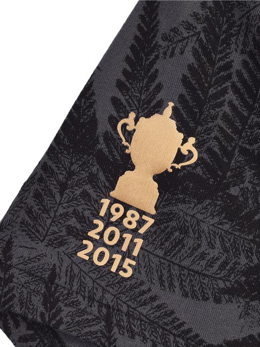 優勝年度が刺繍されたシャツの袖口
