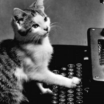 タイプライターを打っているネコ