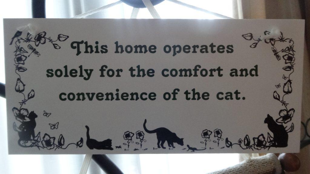 この家は ネコが快適に便利に暮らせることが 最優先されています と書かれた看板