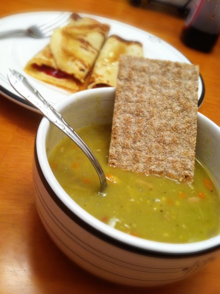 豆スープとクリスプ・ブレッドの写真