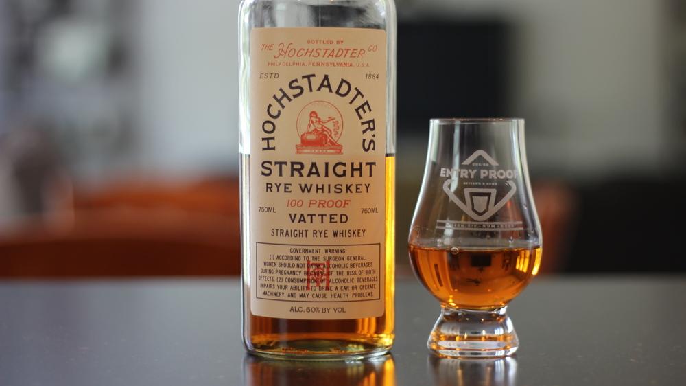 グラスに注がれたライ・ウイスキーの写真