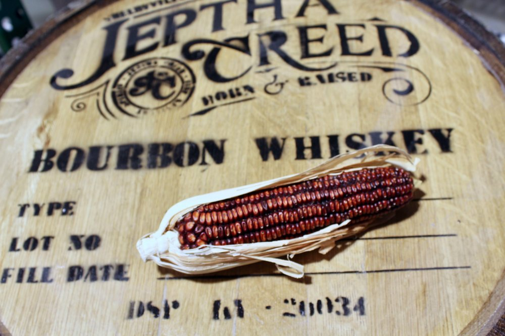 トウモロコシとバーボンウイスキーの貯蔵樽の写真