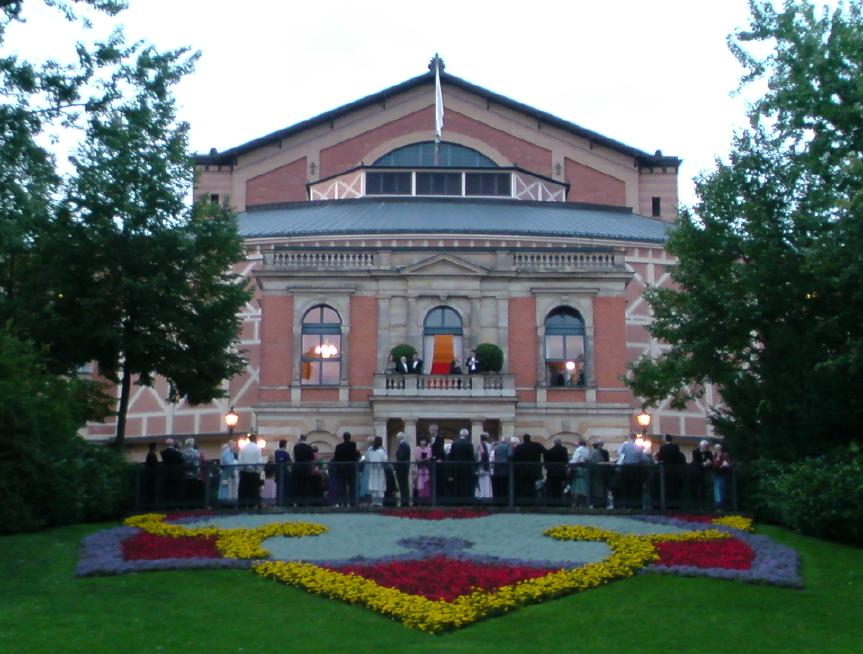 祝祭劇場の外観の写真