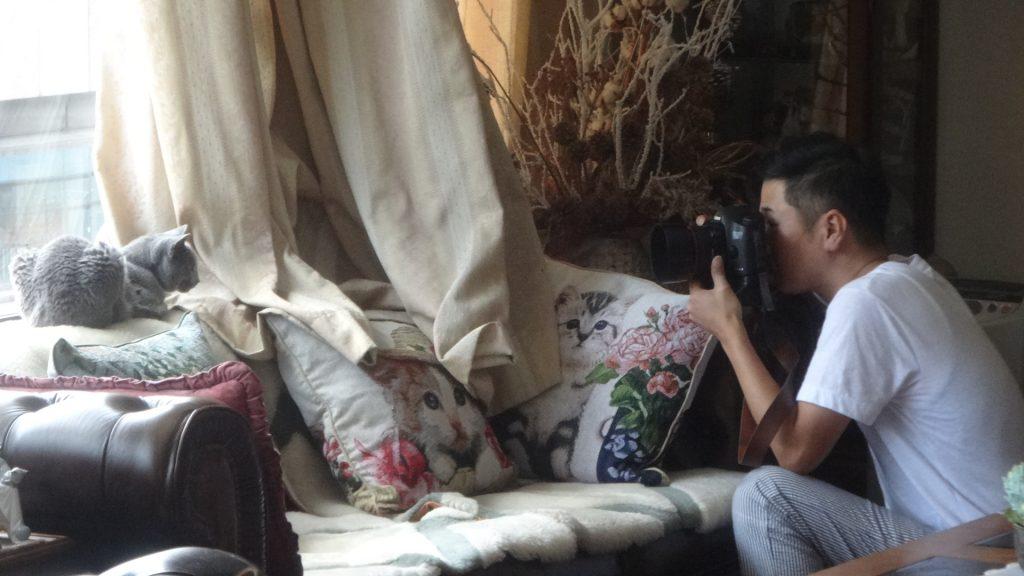 デイジーの写真を撮っているケニアさん