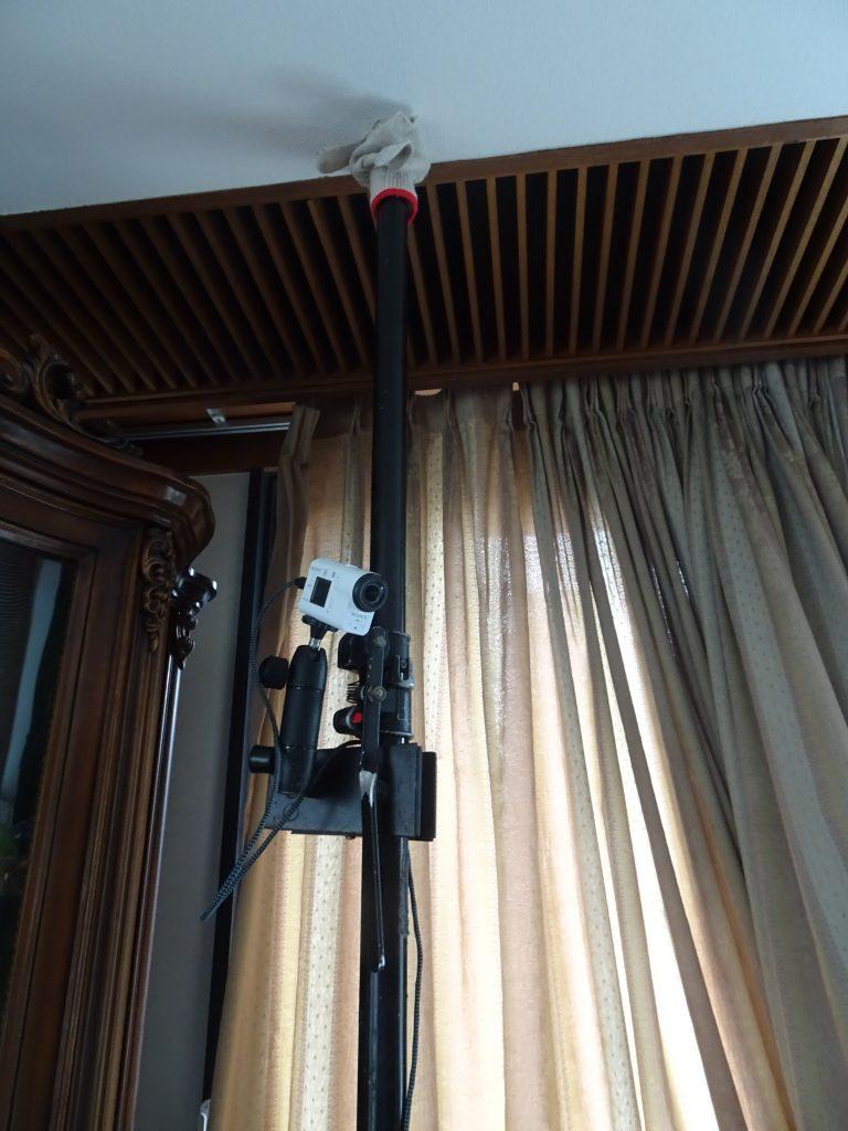 部屋の隅から俯瞰するように設置された固定カメラ