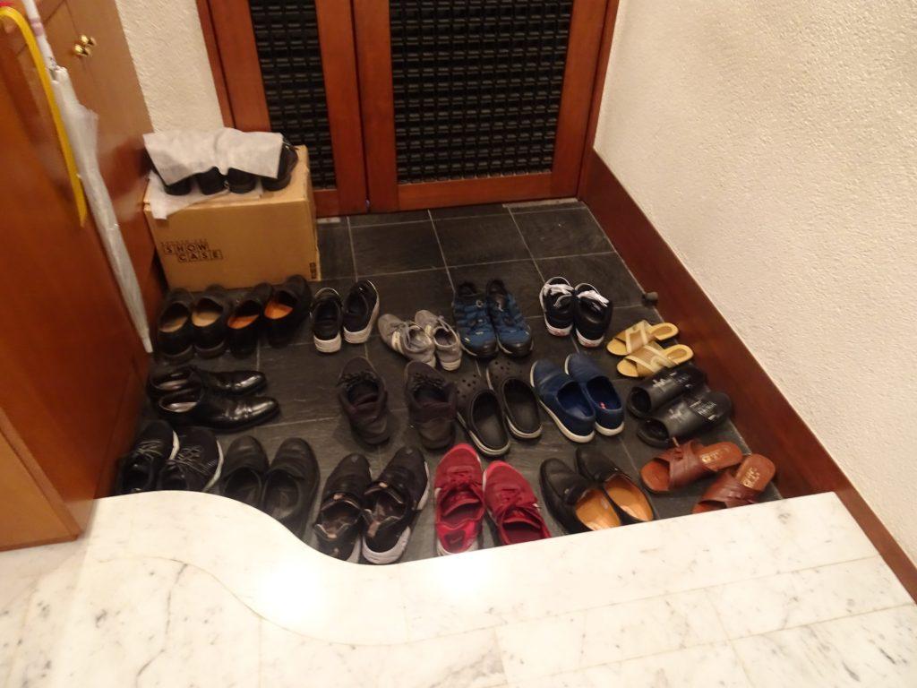 玄関に並んだたくさんの靴